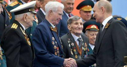 Путин назвал священным долгом защиту героев Великой Отечественной войны