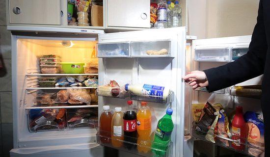 Решившего перекусить перед сном москвича насмерть придавил холодильник